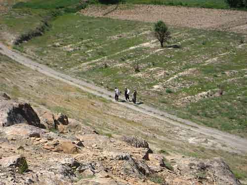سه نفری که از سنجان پای پیاده راهی آن سوی کوه بودند (احتمالاً به سمت گوار و عقیل آباد میرفتند)
